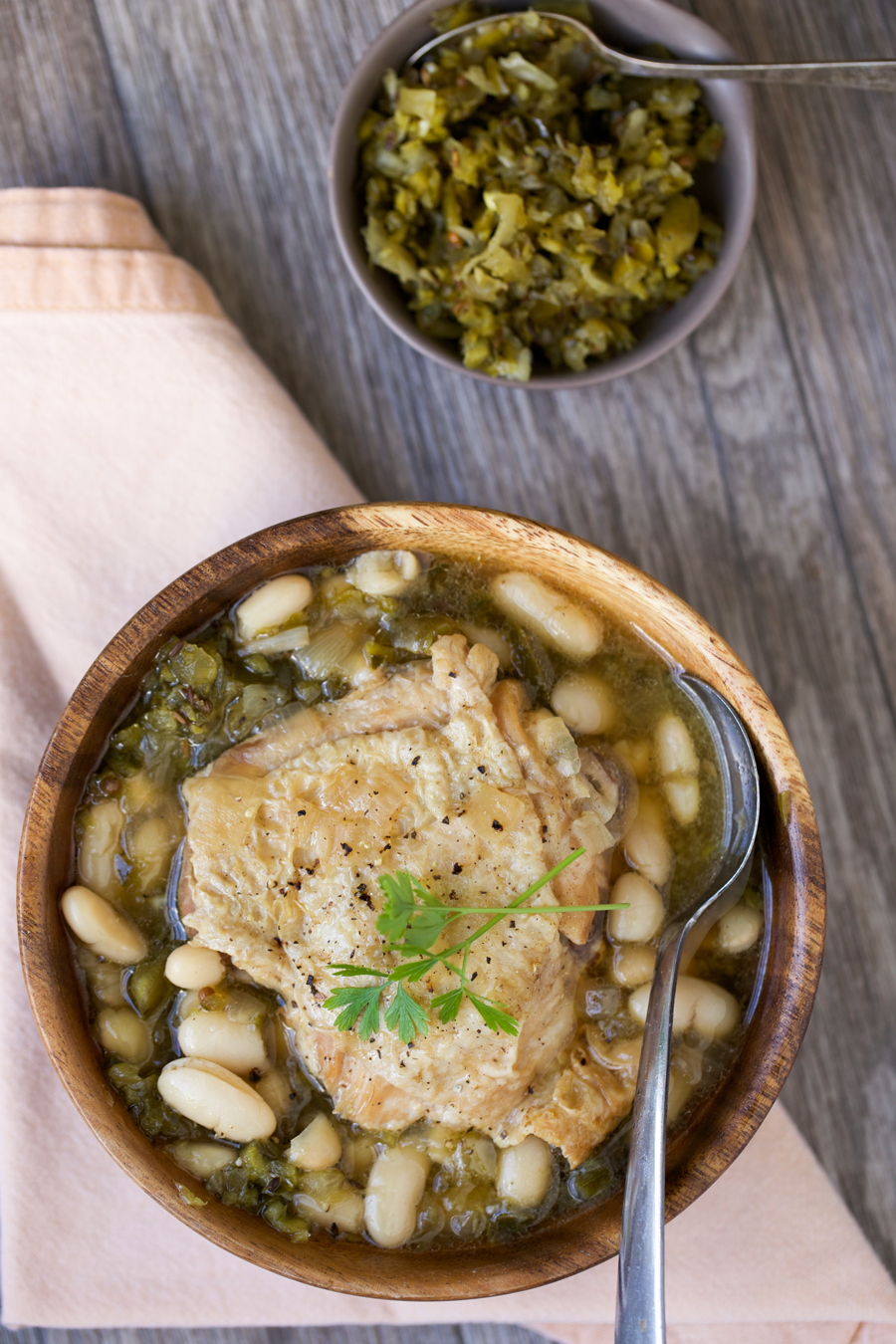 This Green Chile Chicken Chili is *totally* easy to make either on the stove or in your slowcooker.